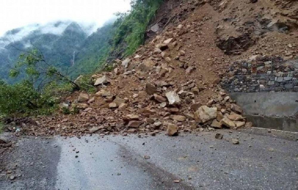 पहिरोले भीमदत्त राजमार्ग अवरुद्ध